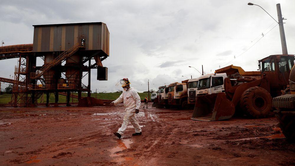 En arbeider går gjennom et avstengt område som er en del av DRS2-bauxitt-avfallslageret i Hydro Alunorte i Brasil.