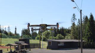 Ut med ballonger og lift: Slik bruker Telia droner til å bygge mobilnett