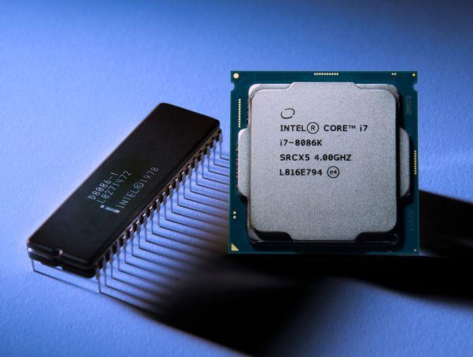 Bildet viser den originale Intel 8086-prosessoren fra 1978 ved siden av jubileumsmodellen Intel Core i7-8086K fra i år.