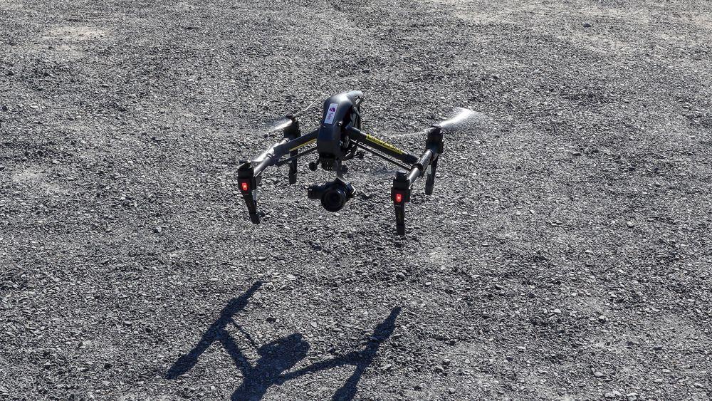 Loke lander. I det Loke lander måler den avstanden til bakken og slår ut landingsbena.