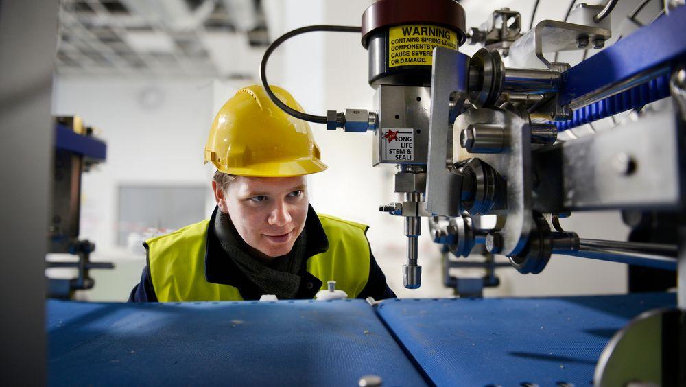 Automatiserer: Martin Rasmussen i Primex Norway er straks klar til å la roboter gjøre jobben man inntil nylig måtte bruke godt trente menneskehender til.