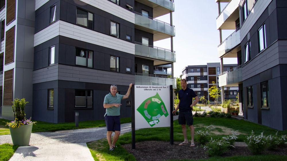 Styreleder Lennart Valner (t.v.) og styremedlem Stein Kamfjord Andersen i Hundsund 10 boligsameie har brukte mye tid på feil og mangler.