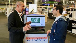 Solcellepanel er i ferd med å bli hyllevare - nå får norske Otovo selge paneler over disk i Sverige