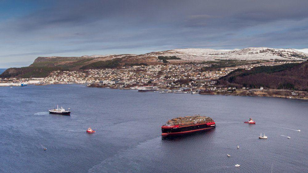 Kleven Verft i Ulsteinvik i Møre og Romsdal blir nå overtatt i sin helhet av Hurtigruteselskapet KVE Holding, som har vært inne på eiersiden siden i fjor. Bildet er fra da verdens første hybriddrevne ekspedisjonsskip, MS Roald Amundsen ble sjøsatt på Kleven verft i Ulsteinvik i vinter.