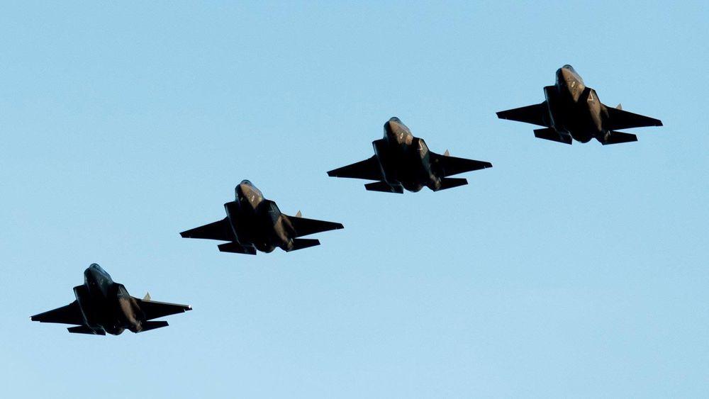 Fore britiske F-35B på vei til RAF Marham. RAF har ytterligere 11 slike fly, men de befinner seg fortsatt i USA.