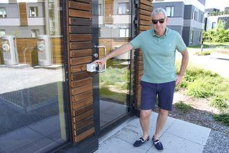 Lennart Valner påpeker manglende beskyttelse for vær og vind rundt elektronisk nøkkelboks.