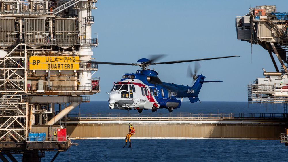 H225 redningshelikopter fra Bristow Norway øver på Ula i 2014.