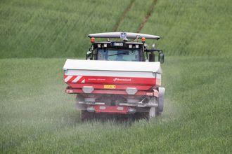 GPS  og datamaskin overvåker spredningen av kunstgjødsel i kornåkeren.Bonden har investert millionbeløp i moderne utstyr for melke- og kjøttproduksjon hjemme på gården i Vestfossen.