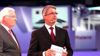 Audi-sjefene Michael Dick (t.v) og Rupert Stadler under en pressekonferanse i Frankfurt i 2009.