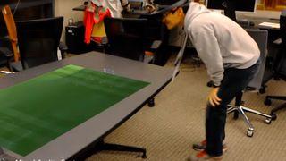 Med AR-hodesett kan man i teorien se fotballkampene på bordet.