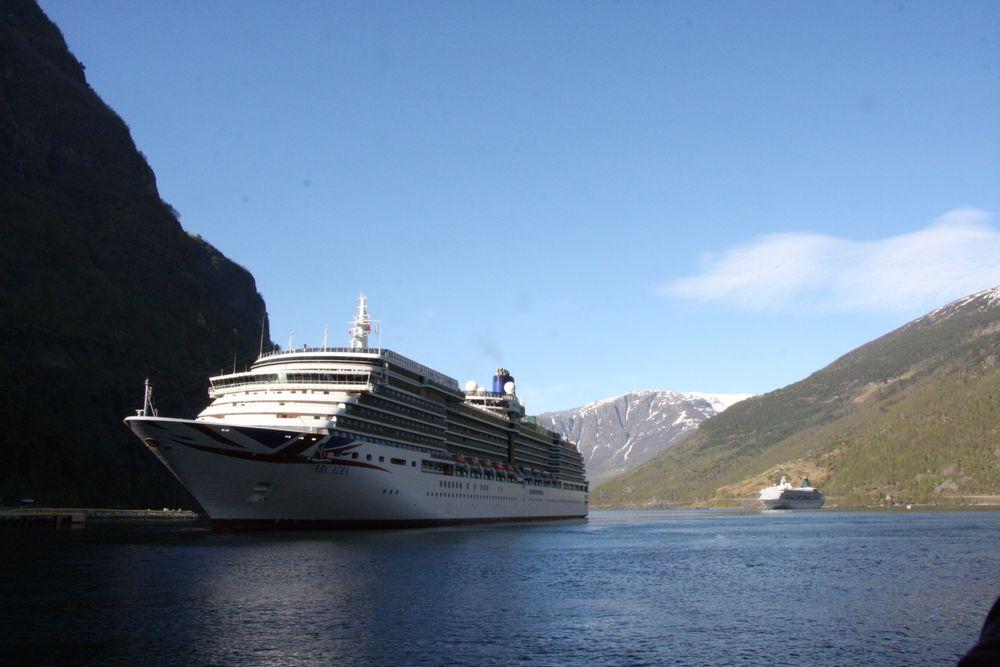 Cruise, cruiseskip, verdensarvfjord, UNESCO. MV Arcadia fra 2004 tilhører Carnivals rederi P&O er her på vei ut fra Flåm. Skipet har seks Wärtsilä dieselmotorer med samlet effekt på 52 MW og sengeplass til drøyt 2000 passasjerer.