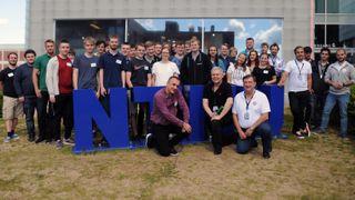 Gruppefoto av finalister og andre involverte.