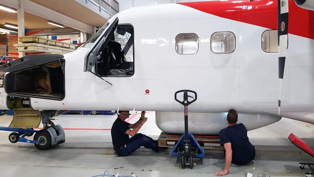 LN-LYR i Lufttransports hangar på Tromsø lufthavn rigges med fjernmålingssensorer og ekstra kommunikasjonsutstyr.