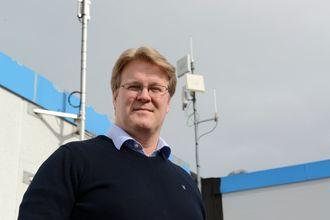 Krevende it-drift: Konstituert IT-sjef Bent Iversen ved antennen som kommuniserer med det nærmeste anlegget, rett over fjorden fra hovedkvarteret.