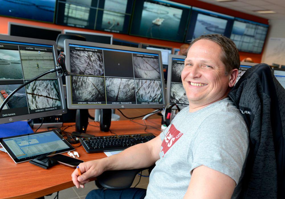 Kontrollrom: Herfra styrer prosessoperatør Paal Richard Selven fôringa på en lokalitet 47 kilometer unna. Sentralen på Stokmarknes dekker området fra Midt-Troms til Nordre Nordland, og styrer hele 11 anlegg.