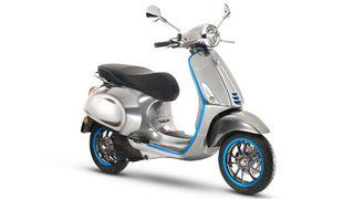 Italienske Piaggio har også presentert en elektrisk scooter under Vespa-merket. Den har en rekkevidde på 100 km og kan lades opp på fire timer.