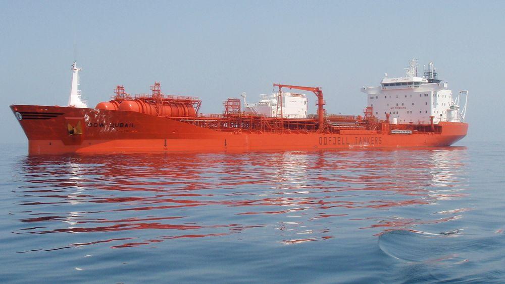 Den norskeide kjemikalietankeren Bow Jubail traff kaia da den skulle legge til for lasting i Rotterdam. Det lakk det ut 217 tonn tung olje fra et hull i skroget. Lekkasjen er stoppet og det skal ikke være risiko for ytterligere utslipp.