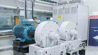 En av verdens første hydrogenferger: Her i hybridlaboratoriet skal verftet få en av flere brikker på plass