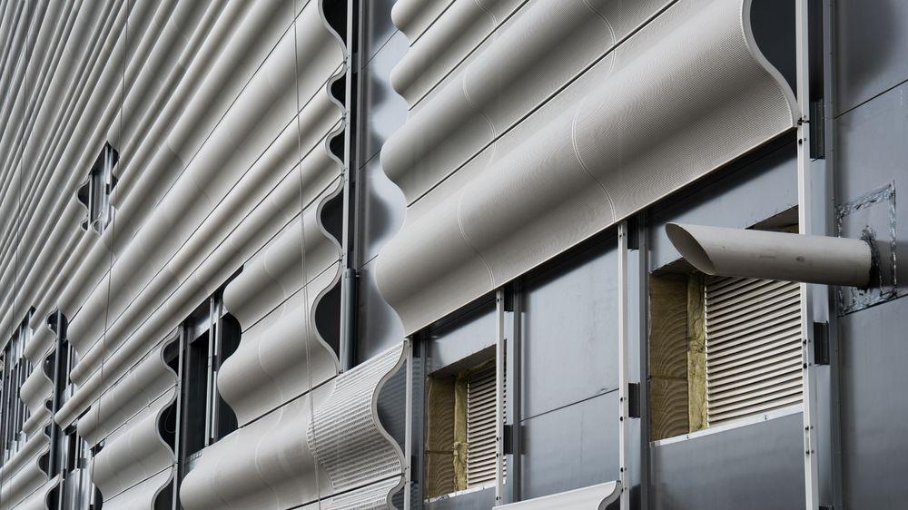 Fasaden smykker seg med sinusbølger.