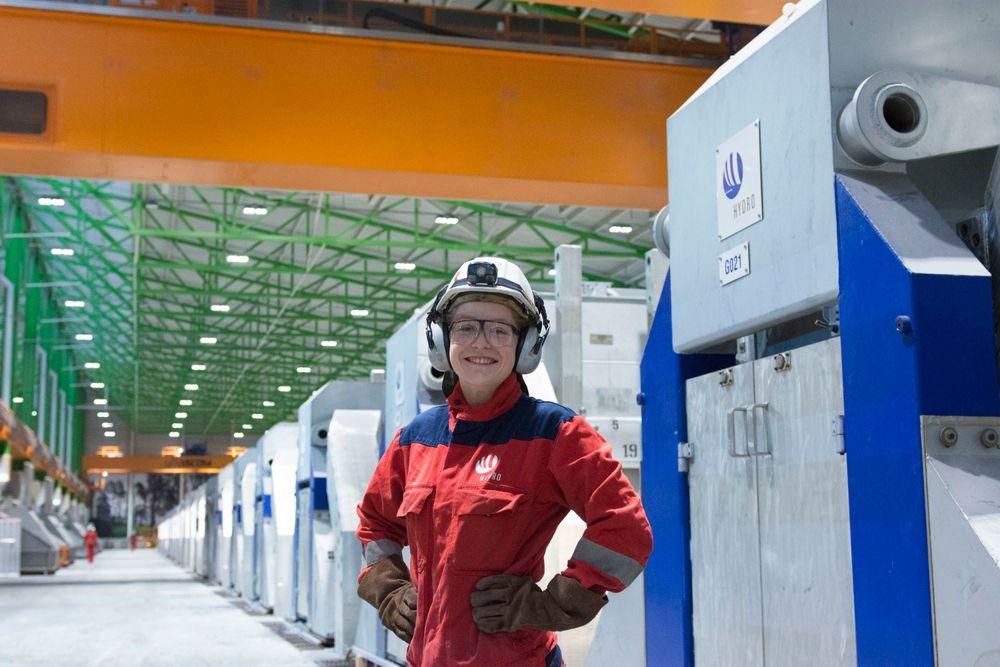 Gjertrud Louise Nes Sandhåland er operatør ved Hydros teknologipilot på Karmøy. I dag kunne hun og resten av teamet feire at alle de 60 elektrolysecellene er startet og kommet i drift.
