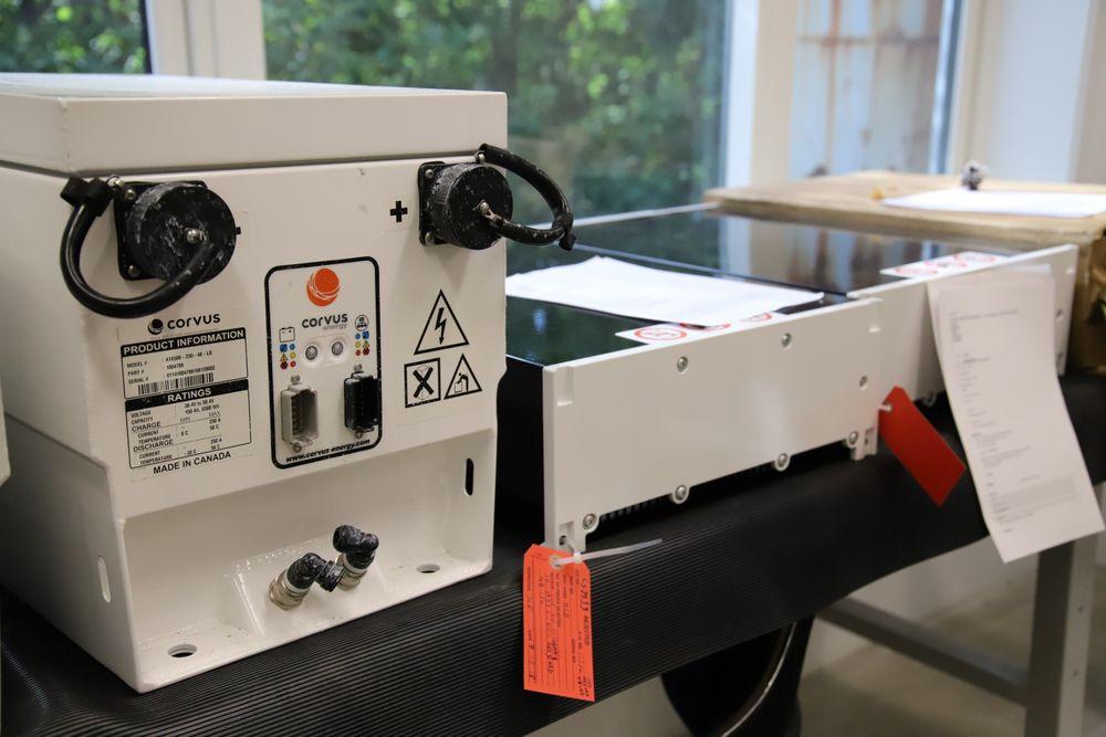 Et litt eldre væskekjølt batteri (t.v.) og et nytt, luftkjølt batteri på serviceavdelingen til Corvus like ved Flesland flyplass utenfor Bergen.