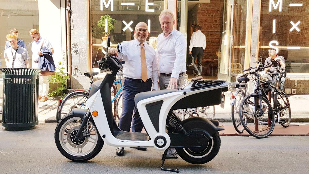 Administrerende direktør Prakash Wakankar i Mahindra tror Oslo er et bra sted å utvikle delingstjenester for elektriske tohjulinger. Oslos byrådsleder Raymond Johansen tror Mahindra og Peugeot har musklene som skal til for å dra i land spennende prosjekter i hovedstaden.