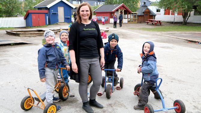 I Vollen barnehage i Bodø har de skaffet seg fem høner. Daglig leder Ann-Hilde Hansen.