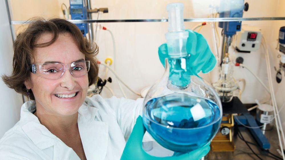 Marit Dahling er kjemiker i Jotuns FOU-avdeling, og den kvinnen i Norge med flest patenter. Fargen på væsken er tilsatt for fotografens skyld, det er vanligvis helt blanke substanser hun jobber med.