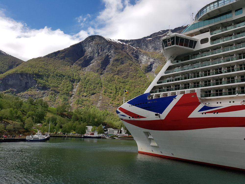 Cruise, cruiseskip, verdensarvfjord, UNESCO. P&O-skipet Britannia i Flåm. Skipet ble levert i 2015, bygget ved Fincantieri, Monfalcone i Italia. Skipet er 330 meter langt, 44 meter bredt og plass til 4324 passasjerer.