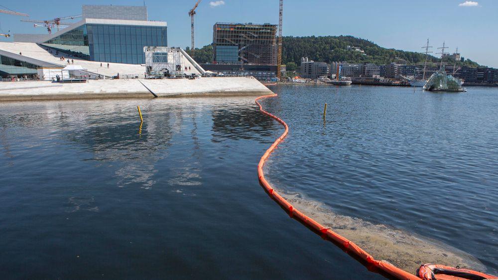 Lenser ble lagt ut mellom Langkaia og Operaen for å stenge for rester av utslippet av fyringsolje som havnet i Alnaelva og Oslofjorden dagen. Utslippet som kom fra Sporveiens anlegg på Ryen.