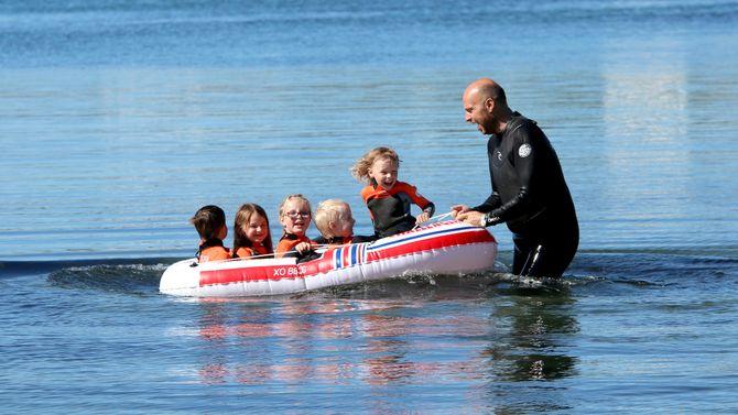 Svømmeopplæring i Norlandia Paradiset barnehage. Styrer Jan Magnus Mikalsen og assistent Hallvar Jonny Røbekk.