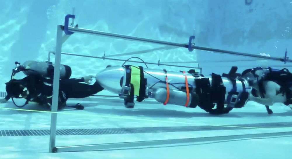 Elon Musk tester en spesialbygget ubåt i et basseng i Los Angeles.