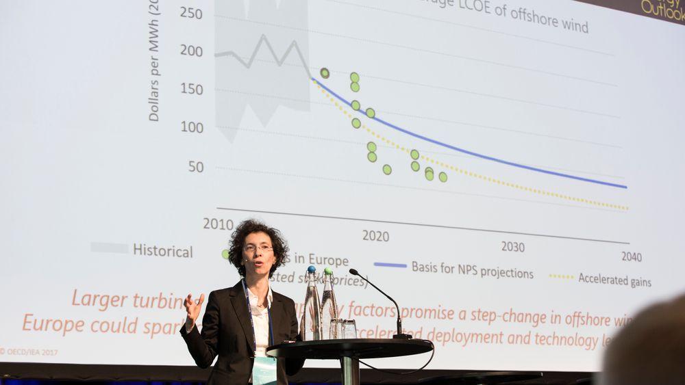Laura Cozzi, co-sjef for New Energy Outlook hos Det internasjonale Energibyrået forklarer på scenen under Energiforskningskonferansen 2018 hvorfor de tror at energiprisen for havvind vil fortsatte å falle raskere enn noen tidligere så for seg.