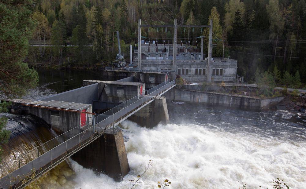 Djupdal kraftverk i Rollag i Numedal. En flomstor Numedalslågen sørger for at vannmagasinene er fulle.
