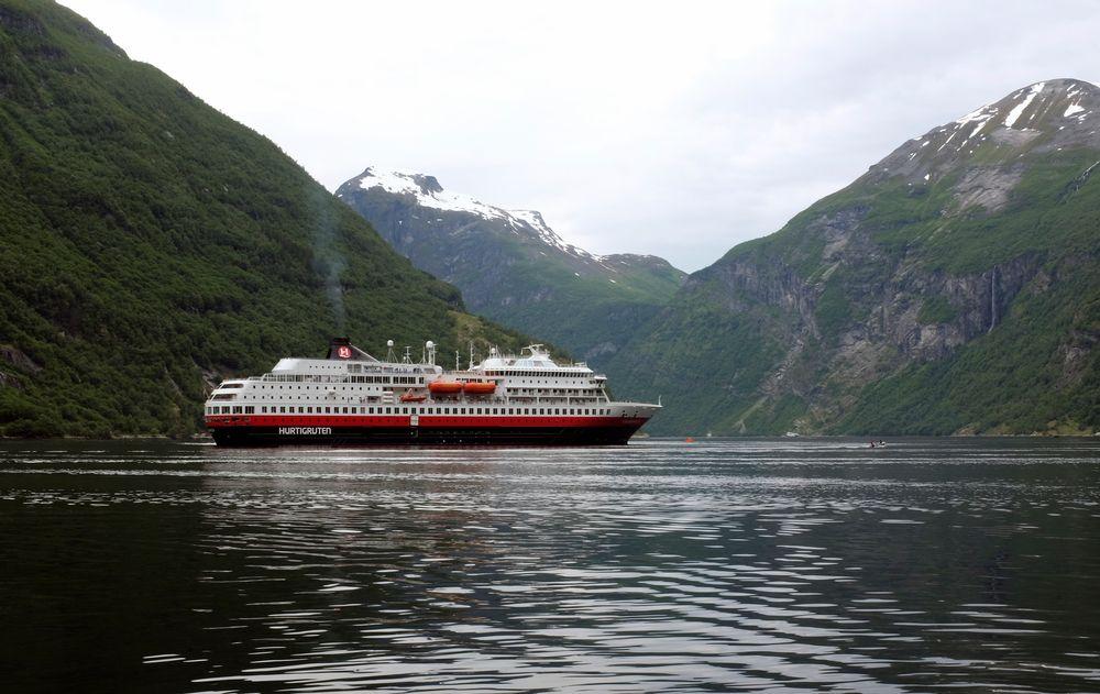 Hurtigruta Finnmarken i Geirangerfjorden.