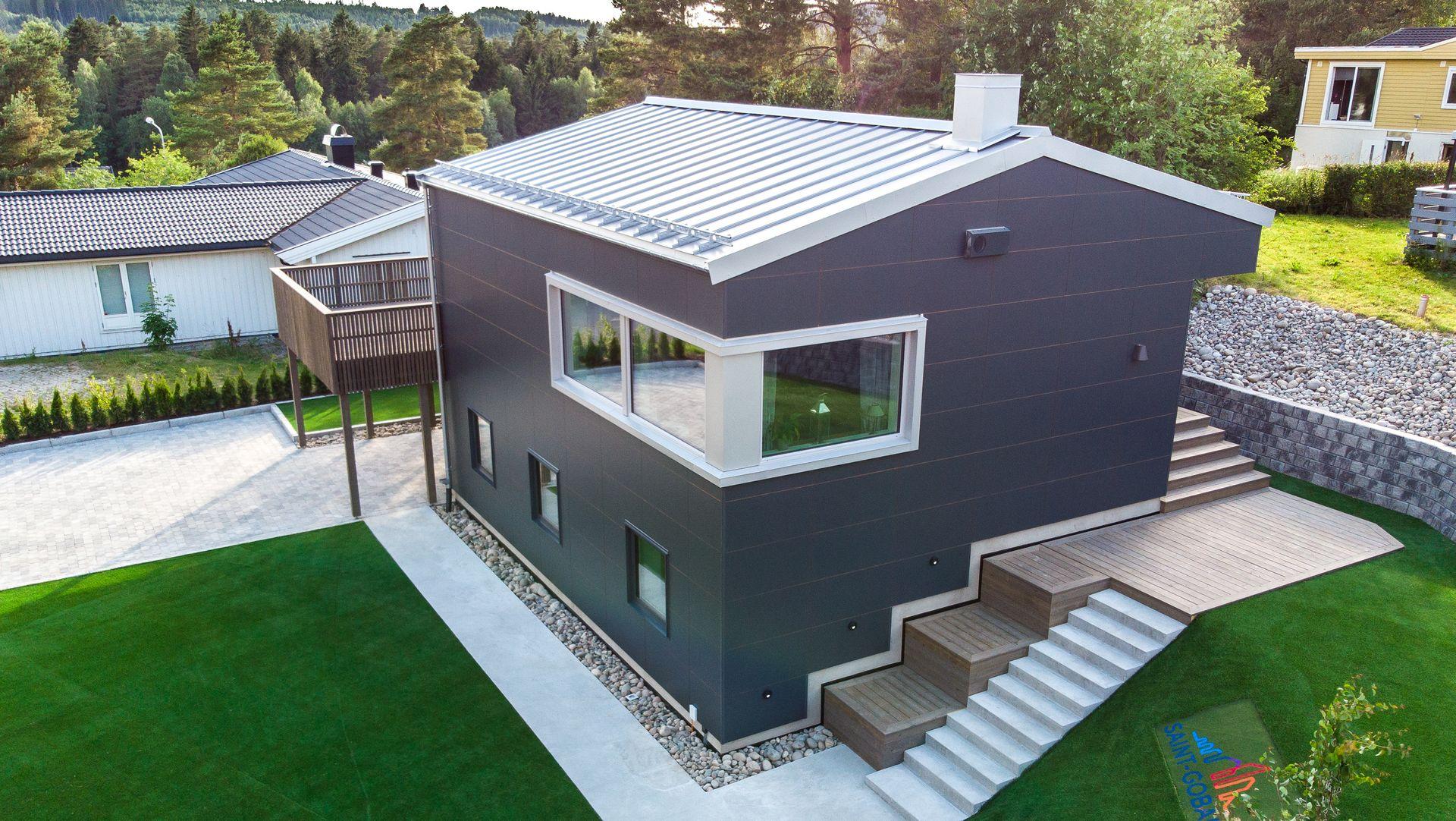 Ferdig oppgradert hus fremstår som elegant og moderne utvendig, samtidig som det er skikkelig isolert og energieffektivt.