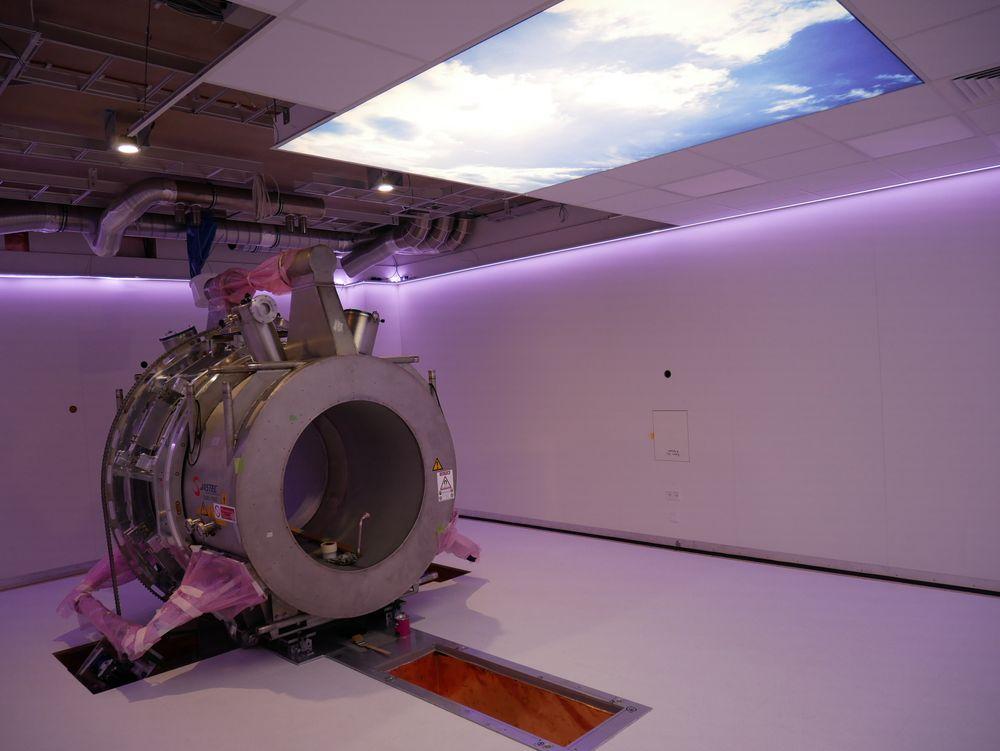 Rommet er nesten ferdig, og MR-apparatet er under montering. Per tidspunkt er fremste magnet, bakre magnet og gentry-ringen montert.
