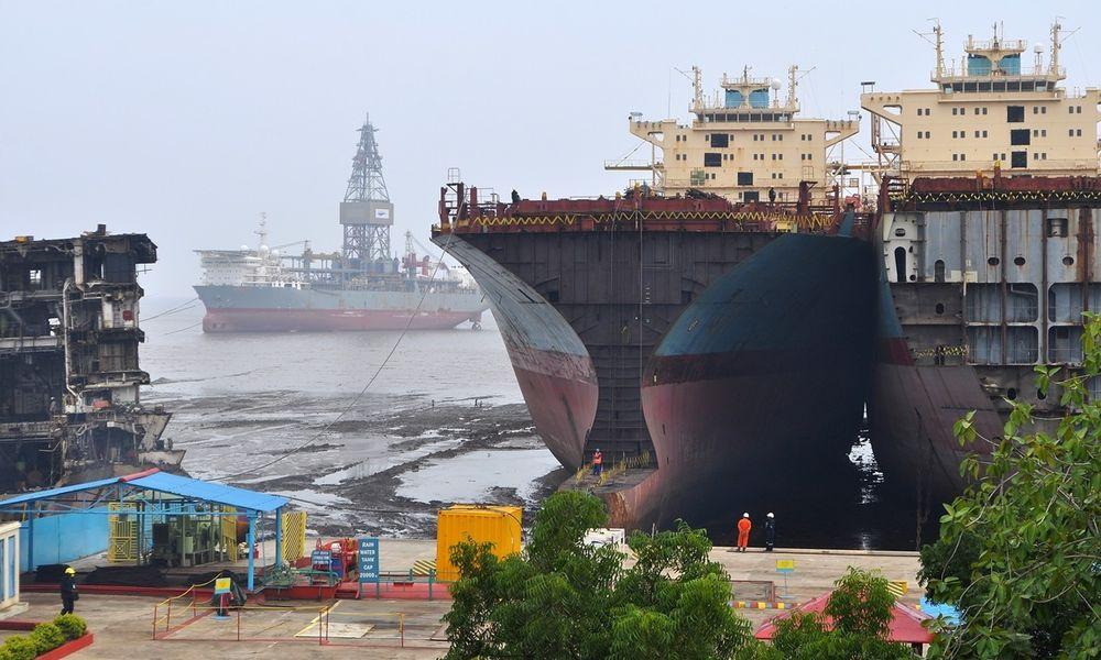 Skraping av skip eid av Maersk i Alang, India. Maersk mener avhending av skip kan skje på ansvarlige måter i India.