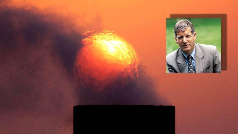 Røyk stiger fra en oljepipe på oljefeltet i Sakhir i ørkenen i Bahrain. Saudi-Arabia har markedsmakt til å stabilisere oljemarkedet, skriver bidragsyter Øystein Noreng i denne kommentaren.