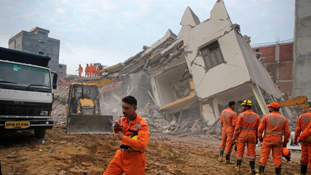 Redningsmannskaper jobbet gjennom natta for å rydde ruinene etter at to bygninger kollapset utenfor New Delhi i India. Så langt er tre personer funnet døde.
