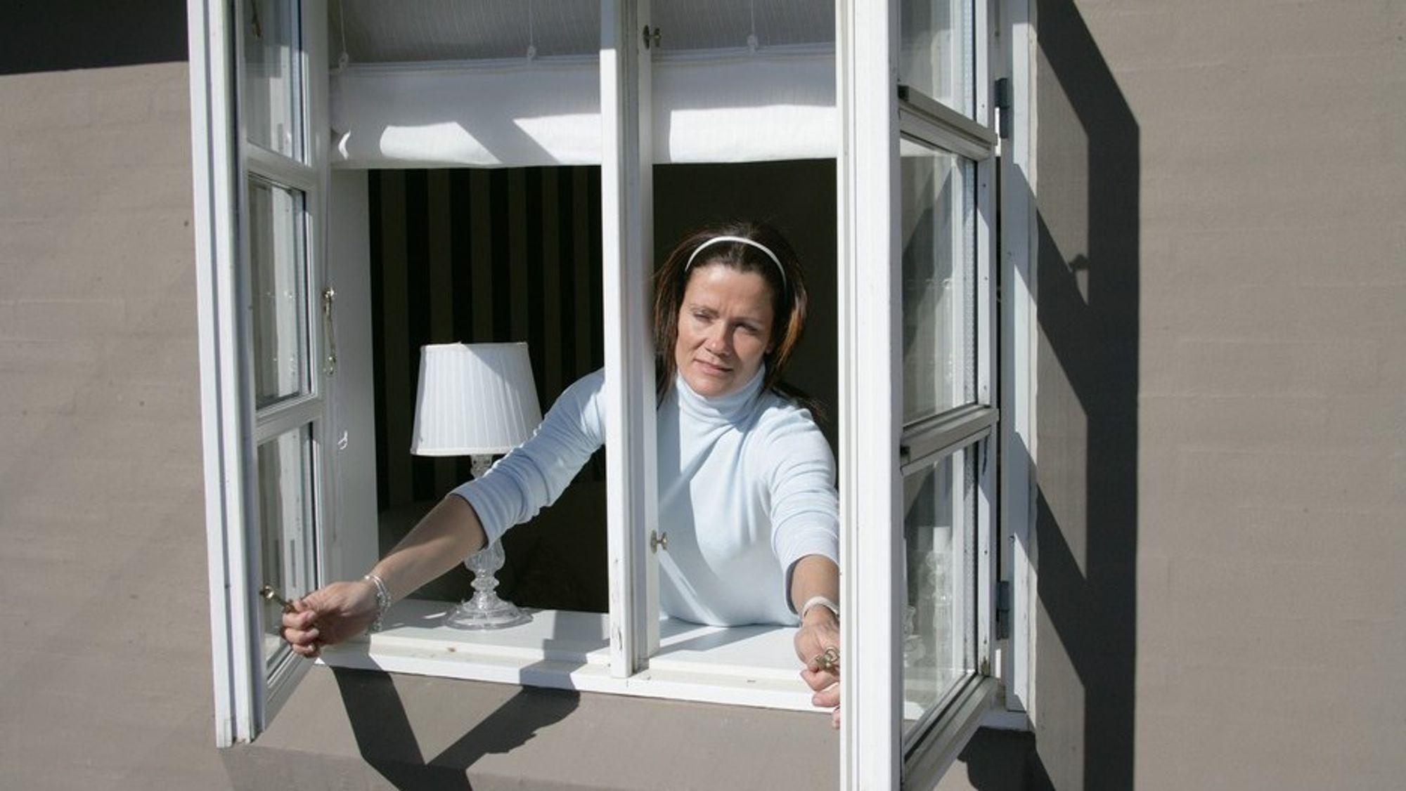 Forurenset luft og trekk er noen av grunnene til at Maria Justo Alonso er skeptisk til å la vinduene stå for ventilasjonen.