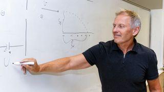 Superlærer Einar Rasmussen spurte seg selv: - Hvor tynn er det mulig å gjøre en mattebok?