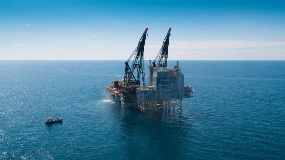Equinor overtok operatøransvaret for Martin Linge-prosjektet i Nordsjøen i mars i år. Nå er den siste boligmodulen på plass på feltet etter flere års forsinkelser. Her løftes utstyrmodulen og prosessmodulen på plass.