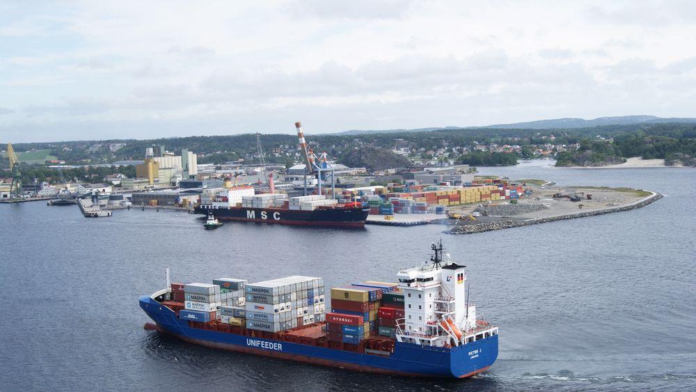 Container skip seiler inn til Larvik Havn. Myndighetene vil ha mer sjøtransport for å avlaste veinettet og overholde internasjonale klimaforpliktelser.
