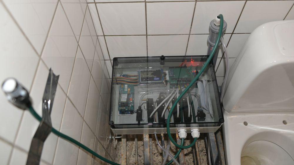 Slik ser prøvetoalettet ut med den påmonterte boksen som sørger for automatisk prøvetaking. Det måler løsemidler som trenger opp fra jorden og inn i huset via kloakkrøret, og gjør lufta svært forurenset.
