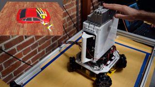 Et virtuelt objekt vises på en mekanisk formviser.