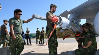 Svenskene bruker jagerfly til å bombe brannområde