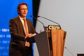Samferdselsminister Andreas Scheuer syns bilindustrien somler med elbiler.