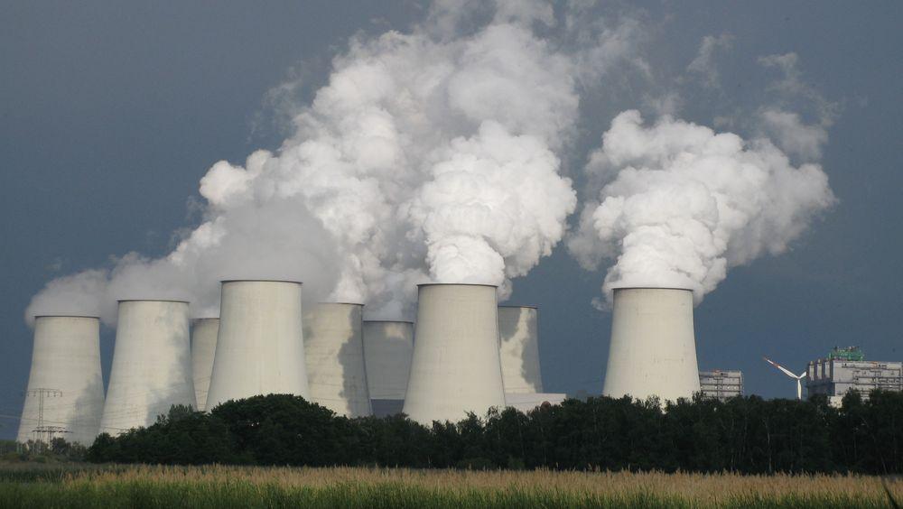 Mindre potensiell vannkraft i magasinene i Norden, og lite vind i Europa, gjør at det er tysk kull-, gass- og kjernekraftverk som får økt produksjon, når ølandet eksporterer strøm til Norge og nabolandene.