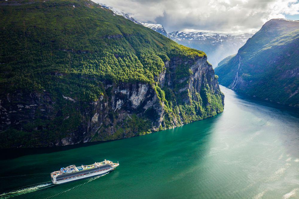 Cruiseskipet Sapphire Princess, eid av Princess Cruises, på vei ut Geirangerfjorden i Møre og Romsdal i juni.